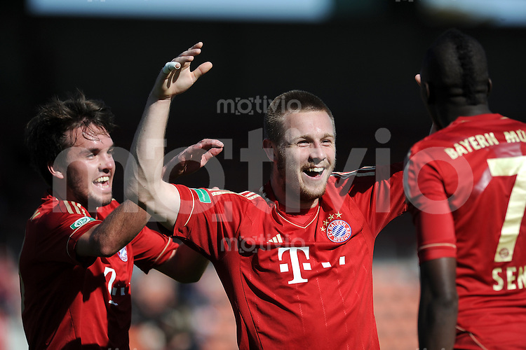 FUSSBALL  Regionalliga Sued   SAISON  2011/2012    13. Spieltag   16.10.2011 FC Bayern Muenchen II - VfR Wormatia Worms JUBEL nach dem Tor zum 1:0, Niklas Horn, Timothy van der Meulen, Sene Saer  (v. li., FC Bayern II)