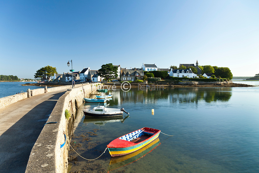 France, Morbihan (56), Belz, Saint-Cado, le port et la ria d'Etel depuis la chaussée de l'île de Saint-Cado // France, Morbihan, Belz, Saint Cado, the port and the ria of Etel from the road of ile de St. Cado (Saint Cado's Island)