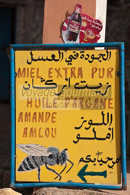 Afrique/Afrique du Nord/Maroc/Env d' Immouzer: Dans la Vallée du Paradis, enseigne d'un marchand d'huile d'argan, miel et amlou, pâte à tartiner à base d'huile d'argan et de miel c'est le Nutella marocain
