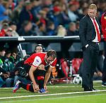 Nederland, Rotterdam, 15 september 2012.Eredivisie.Seizoen 2012-2013.Feyenoord-PEC Zwolle.Joris Mathijsen (l.) van Feyenoord strikt zijn veters. Rechts kijkt Ronald Koeman, trainer-coach van Feyenoord toe.
