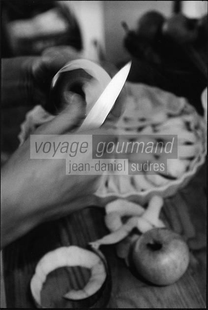 Europe/France/Normandie/Basse-Normandie/14/Calvados/Pays d'Auge/Beuvron-en-Auge: Préparation de la tarte aux pommes normande