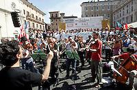 Musicisti di orchestra suonano durante la manifestazione in piazza Navona, Roma, 7 giugno 2010, contro i tagli del governo alla cultura..An orchestra of musicians performs during a protest in Rome, 7 june 2010, against financial cuts to culture..UPDATE IMAGES PRESS/Riccardo De Luca