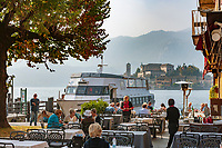 Italy, Piedmont, Orta San Giulio: lakeside restaurant with view at Isola San Giulio | Italien, Piemont, Orta San Giulio: Restaurant am See mit Blick auf die Isola San Giulio