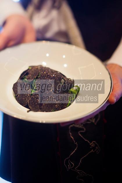 Europe/France/Rhone-Alpes/73/Savoie/Courchevel: Restaurant: Le White, au Cheval Blanc, le Jardin Alpin, Service   Salade et Truffe Noire