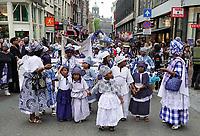 Nederland  Amsterdam - 2018.  Memre Waka optocht door de stad. Op 1 juni wordt in Amsterdam met de herdenkingstocht Memre waka de jaarlijkse Keti koti-maand geopend, die op 1 juli eindigt met de viering van de afschaffing van de slavernij (1 juli 1863). Deze mars wordt georganiseerd door stichting Eer en Herstel en vereniging Opo Kondreman, in samenwerking met onder meer NINSEE en de Black Heritage Tours.  Foto mag niet in negatieve / schadelijke context gebruikt worden.   Foto Berlinda van Dam / Hollandse Hoogte.