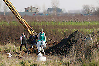 Terra dei Fuochi Ruspe in azione per trovare alcune discariche abusive piene di rifiuti tossici nei terreni confinanti casal di principe  e villa di Briano territorio di Gomorra<br /> <br /> (land of fires) Police and  experts of pollution looking for toxic waste in field near Casal di Principe in southern Italy