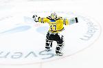 Huddinge 2015-09-20 Ishockey Division 1 Huddinge Hockey - S&ouml;dert&auml;lje SK :  <br /> S&ouml;dert&auml;ljes m&aring;lvakt Calle Brattenberger firar 5-2 segern framf&ouml;r S&ouml;dert&auml;ljes supportrar med en dans efter matchen mellan Huddinge Hockey och S&ouml;dert&auml;lje SK <br /> (Foto: Kenta J&ouml;nsson) Nyckelord:  Ishockey Hockey Division 1 Hockeyettan Bj&ouml;rk&auml;ngshallen Huddinge S&ouml;dert&auml;lje SK SSK jubel gl&auml;dje lycka glad happy