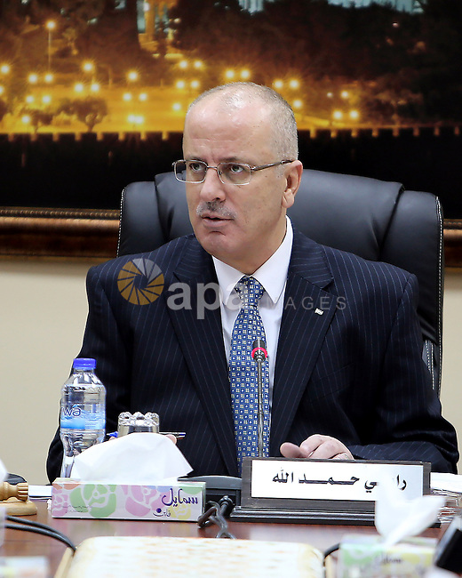 Palestinian Prime Minister, Rami Hamdallah, chairs a meeting of Council of Ministers, in the West Bank city, of Ramallah, Sep. 27, 2016. Photo by Prime Minister Office