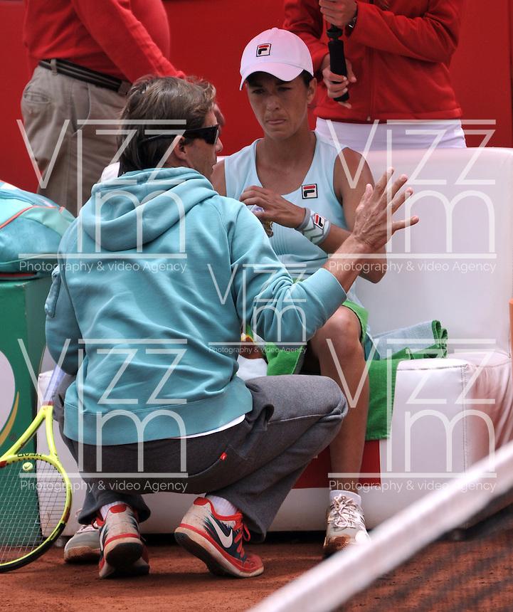 BOGOTA - COLOMBIA - 17-04-2016: Silvia Soler de España, recibe instrucciones de su técnico, durante partido por el Claro Colsanitas WTA, que se realiza en el Club El Rancho de Bogota. / Silvia Soler of Spain, recibes instructions of her coach, during a match for the WTA Claro Colsanitas, which takes place at Club El Rancho de Bogota. Photo: VizzorImage / Luis Ramirez / Staff.
