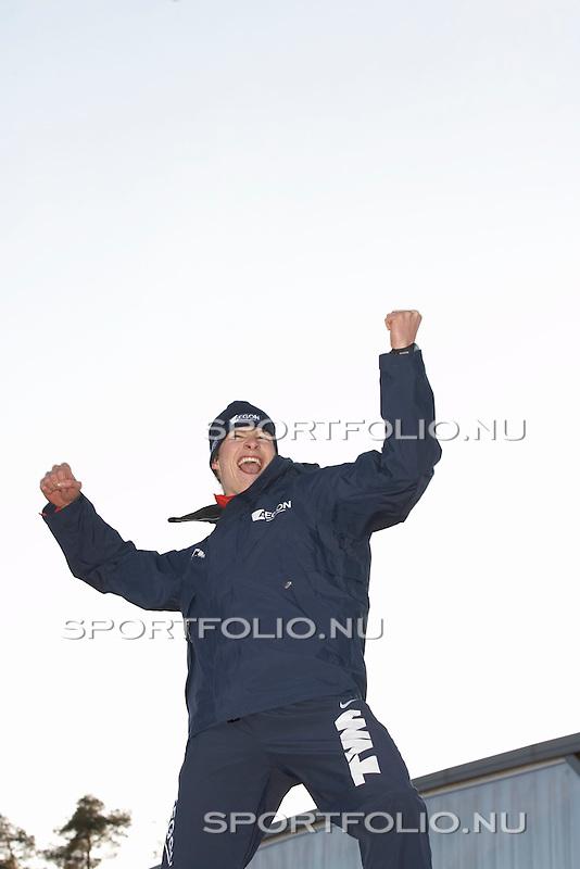 Italie, Collalbo, 14 januari 2007. .EK schaatsen 2007 .10 kilometer (10.000 meter) mannen .Schaatser Sven Kramer van Nederland steekt zijn handen in de lucht tijdens de huldiging als Europees kampioen allround 2007.