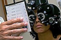 Consulta medica em oftalmologista. Rio de janeiro. 2005. Foto de Luciana Whitaker.