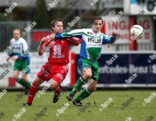 2008-12-21/ Voetbal / Lyra - Kermt-Hasselt / Jurgen Vandeurzen probeert Tim Smolders (Lyra) af te houden..Foto: Maarten Straetemans (SMB)