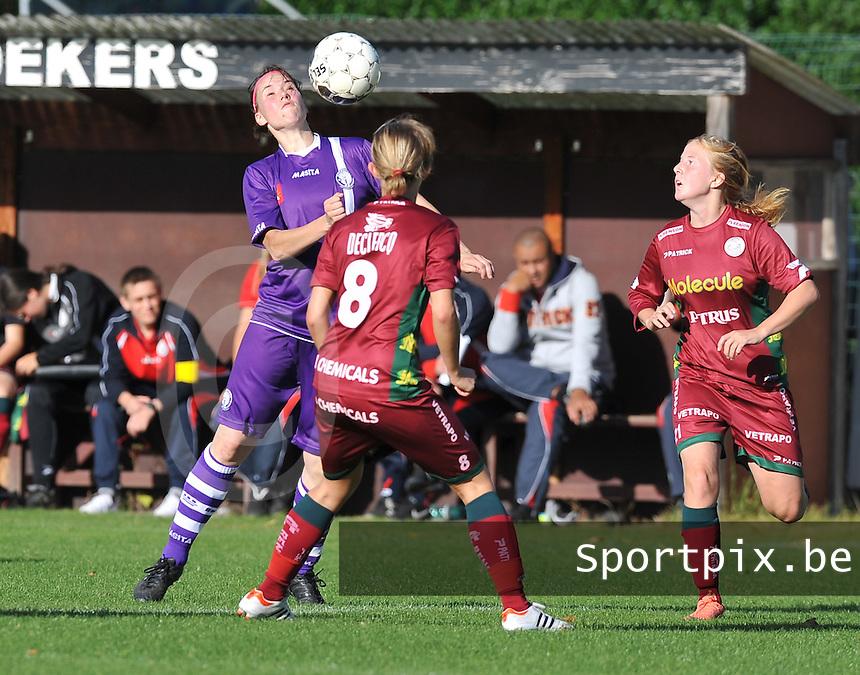 Beerschot Dames - Zulte-Waregem :  Nicoletta Aafke Den Ridder aa nde bal voor de toekijkende Julie Devos (rechts).foto DAVID CATRY / Vrouwenteam.be