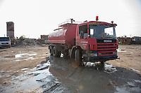 Feuerwehr in Qamishli, Rojava/Syrien.<br /> Von sieben Feuerwehr-Fahrzeugen die der YPG-Regierung in Qamishli zur Verfuegung stehen, ist nur eines funktionstuechtigt. Fuenf Fahrzeuge sind mit vorhandenen Mitteln nicht zu reparieren - Motorschaden, unbenutzbare Fahrerkabinen, defekte Stromleitungen.<br /> Zusaetzlich zumden Augaben der Feuerwehr muessen die 12 Feuerwehrmaenner - je 3 von ihnen arbeiten in 24-Stundenschichten - auch noch Wasser in Stadtteile ohne Wasserversorgung verteilen.<br /> Im Bild: Der arabische Feuerwehrmann Aziz rueckt mit einem Kollegen zur Wasserverteilung aus.<br /> 15.12.2014, Qamishli/Rojava/Syrien<br /> Copyright: Christian-Ditsch.de<br /> [Inhaltsveraendernde Manipulation des Fotos nur nach ausdruecklicher Genehmigung des Fotografen. Vereinbarungen ueber Abtretung von Persoenlichkeitsrechten/Model Release der abgebildeten Person/Personen liegen nicht vor. NO MODEL RELEASE! Nur fuer Redaktionelle Zwecke. Don't publish without copyright Christian-Ditsch.de, Veroeffentlichung nur mit Fotografennennung, sowie gegen Honorar, MwSt. und Beleg. Konto: I N G - D i B a, IBAN DE58500105175400192269, BIC INGDDEFFXXX, Kontakt: post@christian-ditsch.de<br /> Bei der Bearbeitung der Dateiinformationen darf die Urheberkennzeichnung in den EXIF- und  IPTC-Daten nicht entfernt werden, diese sind in digitalen Medien nach &sect;95c UrhG rechtlich geschuetzt. Der Urhebervermerk wird gemaess &sect;13 UrhG verlangt.]