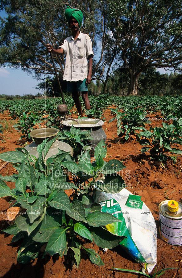 INDIA Tamil Nadu, farmer in capsicum field applies pesticides and fertilizer, farmer get loan for agrochemicals / INDIEN Landwirtschaft, Paprika Anbau , Einsatz von chemischen Pestiziden und Duengemittel , Bauern erhalten Agrochemikalien gegen Kredit und verschulden sich