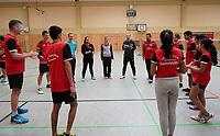 Mannschaft von RW Walldorf und Höchst besprechen sich vor dem Verbandsligaduell - Mörfelden-Walldorf 09.02.2020: RW Walldorf Badminton