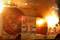 SÃO PAULO,SP,18 JUNHO 2013 - PROTESTO CONTRA AUMENTO TARIFA - Manifestantes incendiaram um carro da rede Record em frente da prefeitura durante protesto contra o aumento da tarifa de ônibus para $3,20em São Paulo na noite desta terça- feira (18).FOTO ALE VIANNA - BRAZIL PHOTO PRESS
