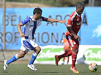 BELLO -COLOMBIA-05-04-2014. Mauricio Restrepo (Izq) del Deportivo Rionegro disputa el balón con Jhon Cordoba (Der) del América de Cali durante partido por la fecha 12 del Torneo Postobón I 2014 jugado en el estadio Tulio Ospina de la ciudad de Bello./ Mauricio Restrepo (L) of Deportivo Rionegro fights for the ball with Jhon Cordoba (R) of America de Cali during the match for the 12th date of Postobon Tournament I 2014 at Tulio Ospina stadium in Bello city. Photo: VizzorImage/ Gabriel Aponte / Staff