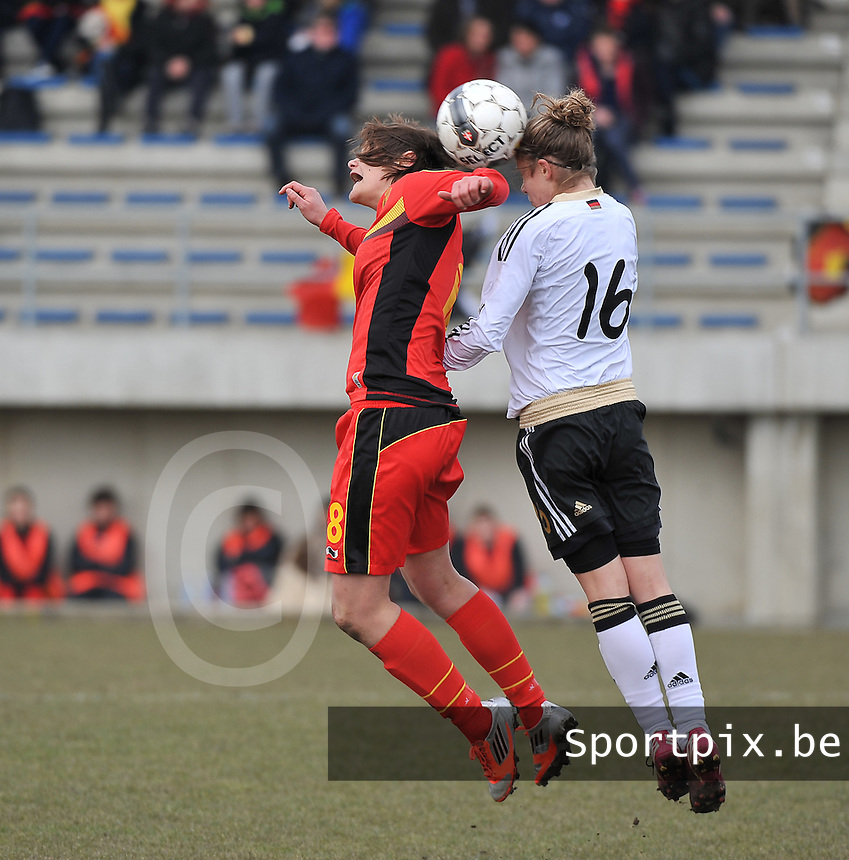 Belgie U17 - Duitsland U17 : Lotte Aertsen in een kopduel met  Kathrin Becker (16).foto DAVID CATRY / Vrouwenteam.be