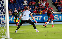 CALI- COLOMBIA -06 -02-2014: Leybin Balanta (Der.) jugador de America, disputa el balón con Sergio Gutierrez (Izq.) jugador del Expreso Rojo durante partido de la tercera fecha del Torneo Postobon I 2014, jugado en el estadio Pascual Guerrero de la ciudad de Cali. / Leybin Balanta (R) player of America, vies for the ball with Sergio Gutierrez (L) player of Expreso Rojo scored  during a match for the third date of the Torneo Postobon I 2014 at the Pascual Guerrero Stadium in Cali city. Photo: VizzorImage  / Juan C Quintero / Str.