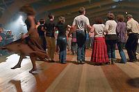 Danse Plinn, danse en chaine, tenue par les bras bien serres. De rares danseurs dansent seuls et tres librement