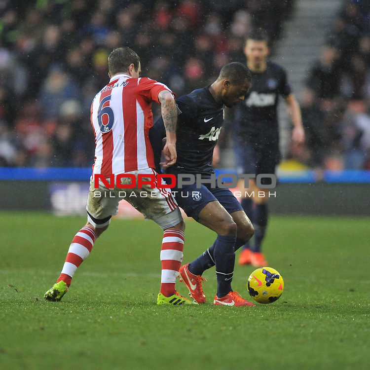 Manchester United's Ashley Young shields the ball from Stoke City's Wilson Palacios -  01/02/2014 - SPORT - FOOTBALL - Britannia Stadium - Stoke-On-Trent - Stoke v Manchester United - Barclays Premier League<br /> Foto nph / Meredith<br /> <br /> ***** OUT OF UK *****