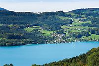 Austria, Upper Austria, Salzkammergut, view across lake Attersee with village Unterach am Attersee on the opposite side | Oesterreich, Oberoesterreich, Salzkammergut, Unterach am Attersee mit Schiffsanleger Stockwinkel am gegenueber liegenden Seeufer