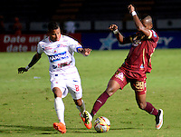 IBAGUE -COLOMBIA, 30-10-2016: Cristian Mazo (Der.) jugador de Deportes Tolima disputa el balón con Yesus Cabrera (Izq.) jugador del Deportivo Pasto, durante partido por la fecha 18 de la Liga Aguila II 2016 entre Deportes Tolima y Deportivo Pasto,  jugado en el estadio Manuel Murillo Toro de la ciudad de Ibague. / Cristian Mazo (R) player of  Deportes Tolima vies for the ball with Yesus Cabrera (L) player of Deportivo Pasto, during a match for the date 18 of the Aguila League II 2016, between Deportes Tolima and Deportivo Pasto,  played at Manuel Murillo Toro stadium in Ibague city. Photo: VizzorImage / Juan Carlos Escobar / Cont.