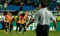 CALI -COLOMBIA-20-11-2014. Brayan Angulo jugador de Aguilas Pereira celebra con sus compañeros su gola anotado al Deportivo Cali durante partido por la fecha 2 de los cuadrangulares finales de la Liga Postobón II 2014 jugado en el estadio Pascual Guerrero de la ciudad de Cali./ Brayan Angulo player of Aguilas Pereira celebrates with his teammates a goal scored to Deportivo Cali dring match for the second date of the final quadrangular of the Postobon League II 2014 played at Pascual Guerrero stadium in  Cali city.Photo: VizzorImage/ Juan C. Quintero /STR