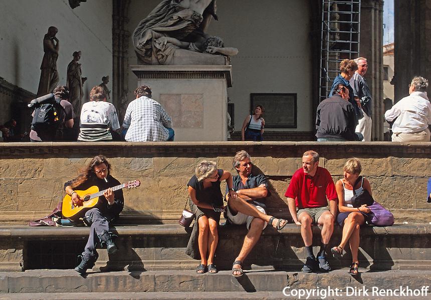 Piazza della Signoria, Rucksacktouristen vor  Loggia die Lanzei, , Florenz, Toskana, Italien