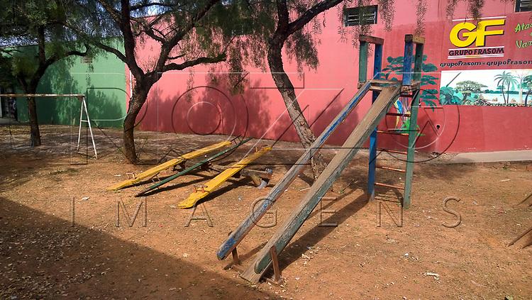 Parque infantil com brinquedos quebrados, Porto Ferreira - SP, 08/2015.