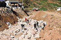 CHINA Yunnan , road from Lijang to Lugu Lake, road construction, migrant worker so called Mingong / CHINA Provinz Yunnan , Strassenbau, Wanderarbeiter, sogenannte Mingong
