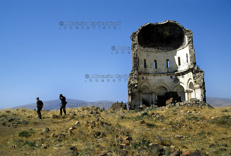 Turchia, Ani, Anatolia orientale. Rovine dell'antica città medioevale capitale del regno di Armenia, nella provincia di Kars, ai confini dell'attuale Armenia. La chiesa del Redentore..Turkey Ani, Eastern Anatolia. Ruins of an uninhabited medieval Armenian city-site situated in the Turkish province of Kars near the border with Armenia. It was once the capital of a medieval Armenian Kingdom that covered much of present day Armenia and eastern Turkey. The Church of the Redeemer..