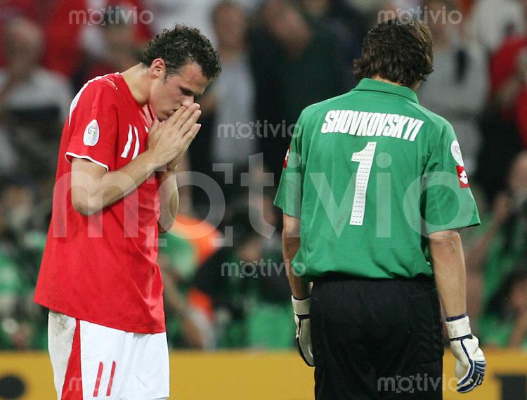 Fussball WM 2006        Schweiz - Ukraine Marco STRELLER (links, SUI) enttaeuscht nach seinem verschossenen Elfmeter. Rechts der ukrainische Torwart Oleksandr SHOVKOVSKYI (rechts, UKR).