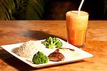 Porção de arroz com carne assada e um delicioso suco natural.