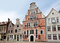 Nederland Hoorn 2016 - Gevel van de Boterhal. De Boterhal is een kunstcentrum gevestigd in het voormalige Sint Jans Gasthuis aan het Kerkplein in Hoorn. De Boterhal fungeert als expositieruimte van de Kunstenaarsvereniging Hoorn & Omstreken. Het Sint Jans Gasthuis, waar de Boterhal gevestigd is, werd gebouwd in 1563 en verloor in 1841 de functie van gasthuis. Het werd in 1860 ingericht als kleding- en wapenmagazijn van het te Hoorn gelegerde garnizoen. Toen in 1922 het garnizoen werd opgeheven besloot het gemeentebestuur om het in gebruik te nemen als boterhal. Na als overdekte botermarkt gediend te hebben, werd in 1954 het gebouw ingericht als sociale werkplaats. Later gebruikte het Westfries Museum het gebouw als tijdelijk depot.. Foto Berlinda van Dam / Hollandse Hoogte