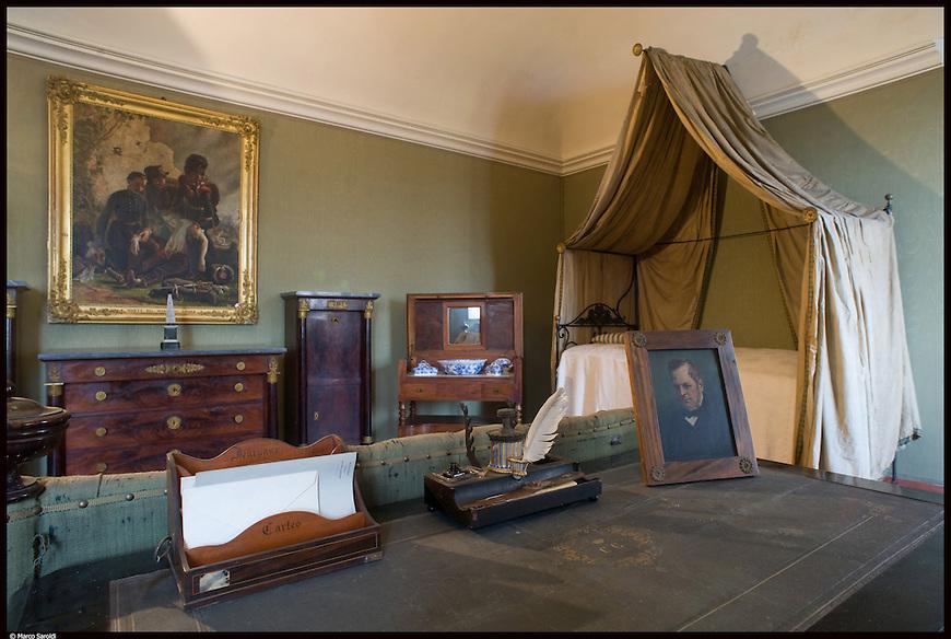 Il Castello Cavour di Santena, residenza del Conte Camillo di Cavour. La sua camera e studio.