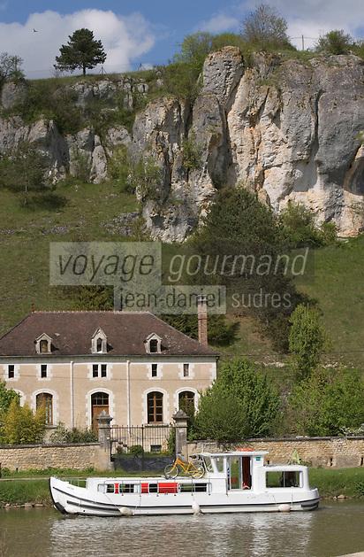 Europe/France/Bourgogne/89/Yonne/ Merry: le canal du Nivernais dans la vallée de l'Yonne pénichette et rochers du Saussois