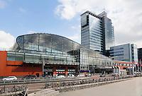 Nederland Amsterdam  2016 04 12.  De Passenger Terminal voor Cruise schepen aan de Piet Heinkade. Rechts het Movenpick Hotel.  Foto Berlinda van Dam / Hollandse Hoogte