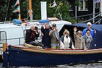 SKUTSJESILEN: GROU: SKS skûtsjesilen, Friese Sporten, 30-07-2011, Fryslân, publiek in een bootje langs het wedstrijdwater, ©foto Martin de Jong