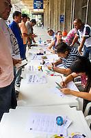 CURITIBA, PR, 25.02.2014 - GREVE / TRANSPORTE PÚBLICO - Na manhã desta quarta-feira (26), a Urbs -  Urbanização de Curitiba S.A realiza cadastramento de carros particulares para atuar com transporte alternativo durante a greve de motoristas e cobradores.  O cadastro iniciou as 6horas da manha desta quarta-feira,Os veículos cadastrados serão autorizados pela Urbs a fazer transporte alternativo podendo cobrar, no máximo, R$ 6,00 por pessoa. O cadastramento está sendo feito na área de táxi, na ala ferroviária, da rodoferroviária. (Foto: Paulo Lisboa / Brazil Photo Press)