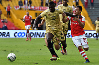 BOGOTÁ-COLOMBIA, 03-03-2019: Jhon Velásquez de Independiente Santa Fe, disputa el balón con Hanyer Mosquera de Rionegro Águilas Doradas, durante partido de la fecha 8 entre Independiente Santa Fe y Rionegro Águilas Doradas, por la Liga Aguila I 2019, en el estadio Nemesio Camacho El Campin de la ciudad de Bogotá. / Jhon Velasquez of Independiente Santa Fe struggles for the ball with Hanyer Mosquera of Rionegro Aguilas Doradas, during a match of the 8th date between Independiente Santa Fe and Rionegro Aguilas Doradas, for the Liga Aguila I 2019 at the Nemesio Camacho El Campin Stadium in Bogota city, Photo: VizzorImage / Luis Ramírez / Staff.