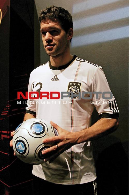 Michael Ballack - Pr&auml;sentation der WM-Trikots von Adidas Weltmeisterschaft in S&uuml;dafrika 2010 - FIFA World Cup / WM - Adidas &quot;World of Sports&quot; - Herzogenaurach - 10.11.2009 <br /> <br /> <br /> Foto &copy; nph (  nordphoto  )<br /> <br /> <br /> <br />  *** Local Caption ***