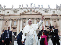 Papa Francesco saluta al termine dell'incontro con gli appartenenti al Rinnovamento nello Spirito Santo in Piazza San Pietro, Citta' del Vaticano, 3 luglio 2015.<br /> Pope Francis waves as he leaves at the end of his meeting with members of the Catholic Charismatic Renewal in St. Peter's Square at the Vatican, 3 July 2015.<br /> UPDATE IMAGES PRESS/Isabella Bonotto<br /> <br /> STRICTLY ONLY FOR EDITORIAL USE