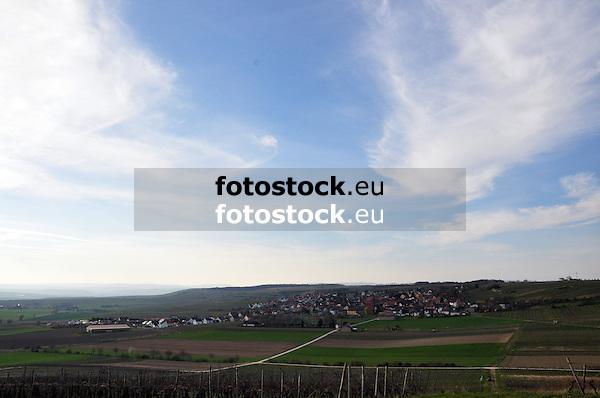 Blick über Weinberge und Felder auf Wolfsheim