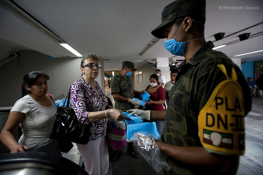 April 25, 2009 - Mexico City, Mexico - Mexican army distribute surgical masks to residents of the Mexican capital in order to halt the spread of swine flu. Photo credit: Benedicte Desrus / Sipa Press