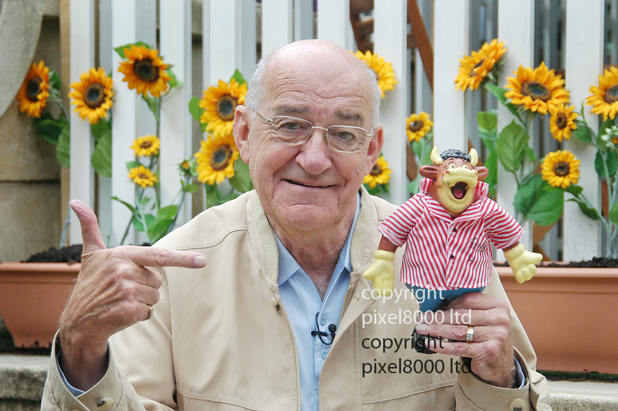 """Edinburgh Fringe Festival.Jim Bowen  - legendary Bullseye game show presenter in E """"Ldinburgh.for his show """"Look What You Could Have Won"""" which is based on his show..Seen here posing with the well-known show mascot """"Bully"""".....pic by Gavin Rodgers/Pixel 07917221968"""