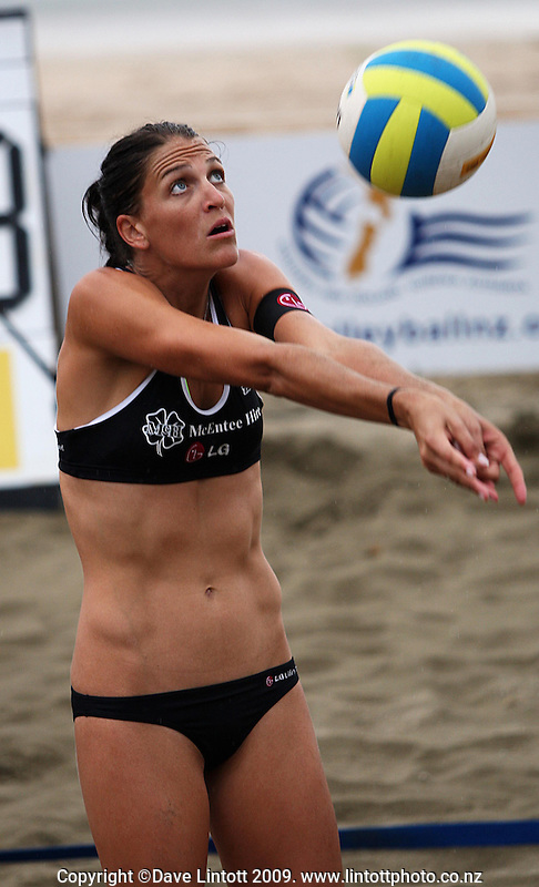 NZ's Anna Scarlett during the 2009 McEntee Hire NZ Beach Volleyball Tour day one matches at Oriental Parade, Wellington, New Zealand on Saturday, 10 January 2009. Photo: Dave Lintott / lintottphoto.co.nz