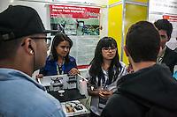 SÃO PAULO, SP, 21.10.2014 -  8ª FEIRA DE TECNOLOGIA DO CENTRO PAULA SOUZA (FETEPS) - Alunos da FATEC de Itú exibem, na 8ª Feira de Tecnologia do Centro Paula Souza um detector de vazamento de gás em fogão inteligente, na tarde desta terça-feira (21), em São Paulo. Ao todo são 244 projetos desenvolvidos por estudantes das ETECs e FATECs do estado de São Paulo, 15 projetos desenvolvidos por alunos de outros países e mais 5 de outros estados do Brasil. (Foto: Taba Benedicto/ Brazil Photo Press)