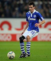FUSSBALL   1. BUNDESLIGA   SAISON 2011/2012    15. SPIELTAG FC Schalke 04 - FC Augsburg            04.12.2011 Christoph Moritz (FC Schalke 04) Einzelaktion am Ball